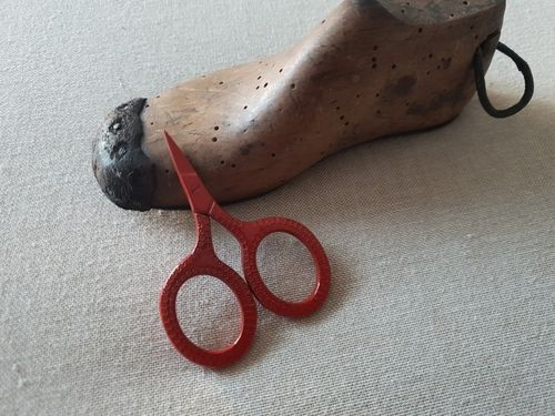Kelmscott Designs - Susan Scissors , Red
